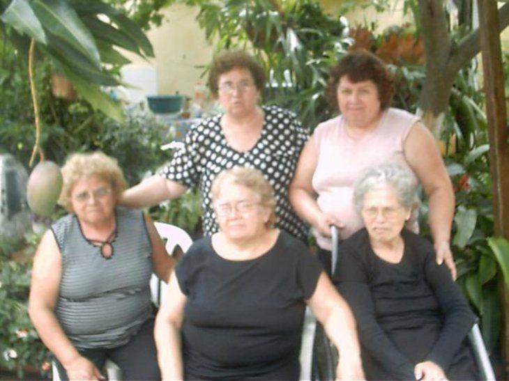 Sus hijas. Don Julián tuvo cinco hijas de las cuales una ya falleció. Ña Avelina es la de la blusa a motas.