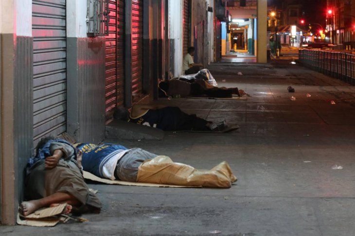 Piden abrigos para trabajadores del Mercado 4 que duermen en las veredas
