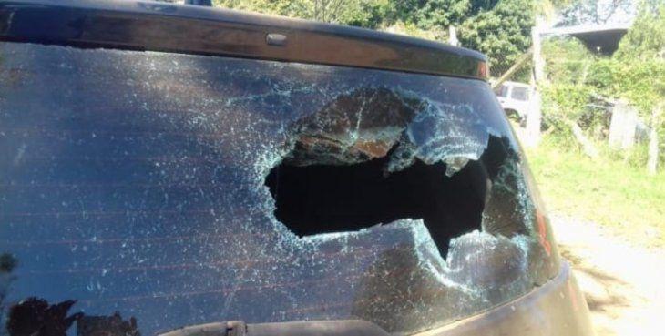 El auto quedó con el parabrisas roto.