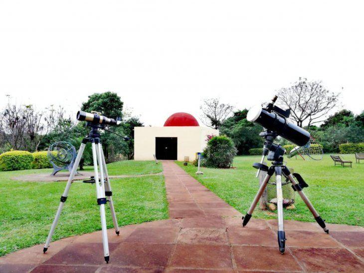 Con los telescopios y lentes de protección especial podrá verse el espectáculo.