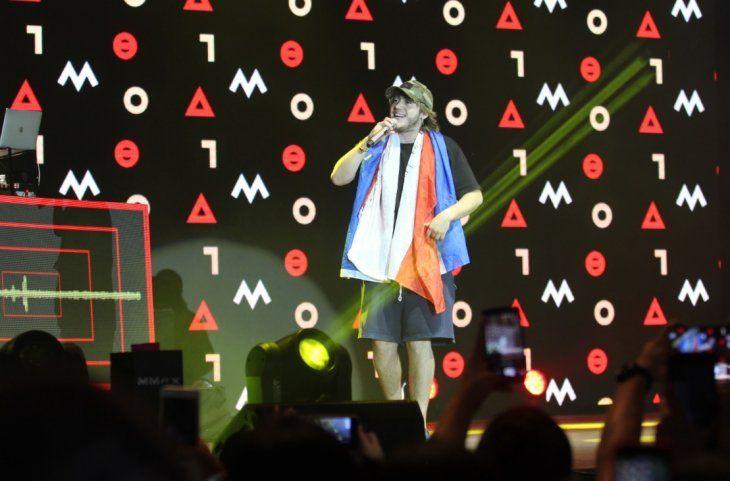 Londra con la bandera paraguaya en el escenario.
