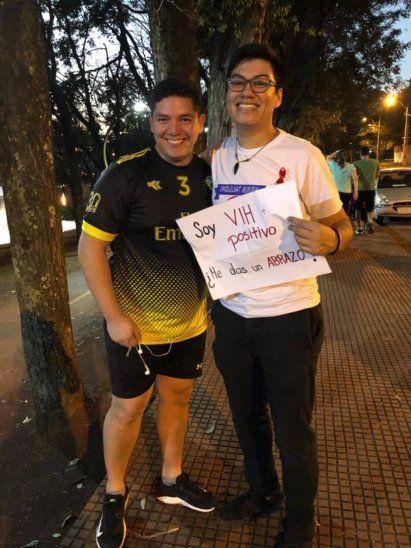 Pidió abrazo con un cartel que decía que tiene VIH