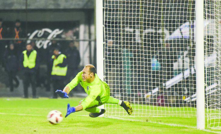 Olimpia tumbó al Canalla argentino en los penales. Azcona paró dos disparos. Foto: Prensa Olimpia