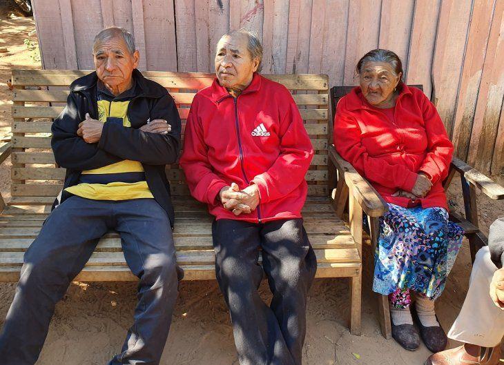 Don Darío Pereira (medio) tiene esperanzas de recuperar su pensión. Foto: Justiniano Riveros
