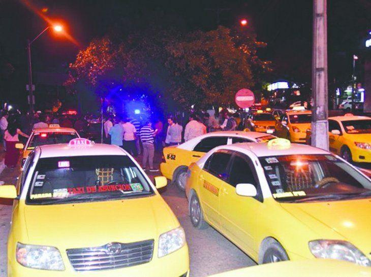 Taxistas aseguran que tienen la exclusividad del trabajo en la Terminal de Asunción