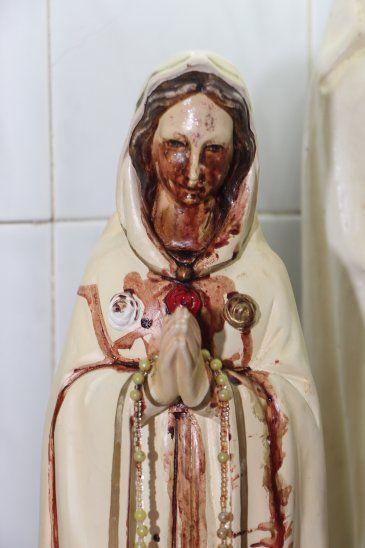 Fieles buscan la manera de llevar las lágrimas de la Virgen porque curó a más de uno
