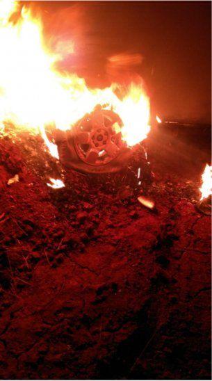 La camioneta fue abandonada e incendiada.