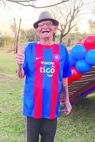 Don Floriano quiere abrazar al León Guaraní. Foto: Gentileza