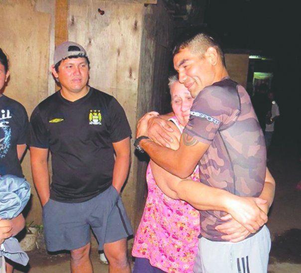 Richard Pantera Moray salió de Tacumbú y lo primero que hizo fue fundirse en un abrazo con su progenitora. Foto: Twitter