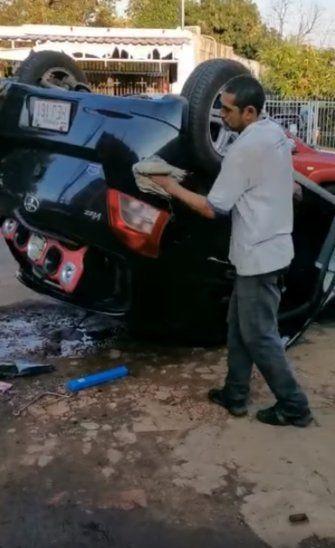 El hombre quedó sorprendido y en estado de shock luego del vuelco del vehículo. Se puso a lavar igual el coche.