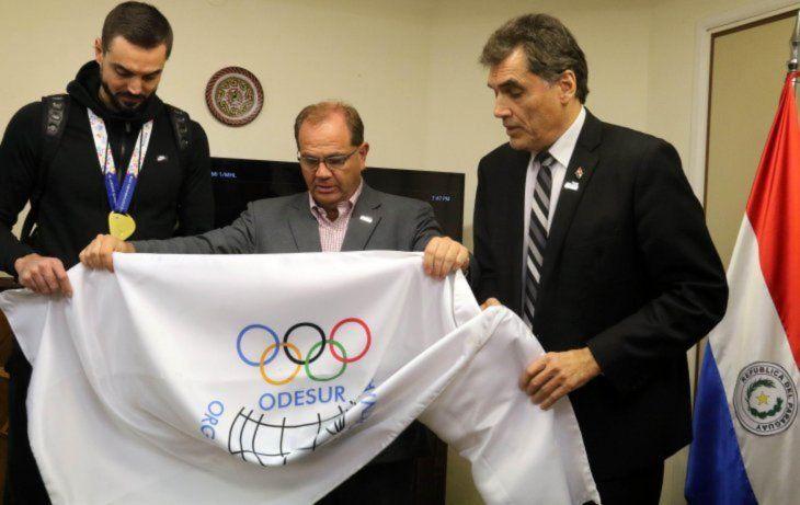 Entrega de la bandera de los Juegos Sudamericanos al entonces ministro de Deportes