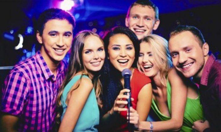 Amigos se reunen para festejar la amistad.