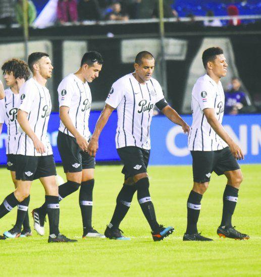 Los futbolistas de Libertad se fueron cabizbajos de la cancha. Foto: Reuters