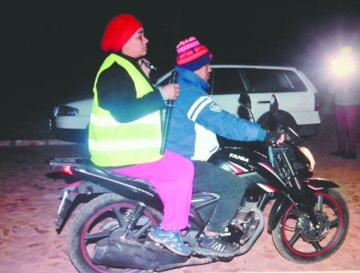 Don Eliseo y su esposa acompañan a los vecinos que se preparan para recorrer las calles del barrio La Merced.