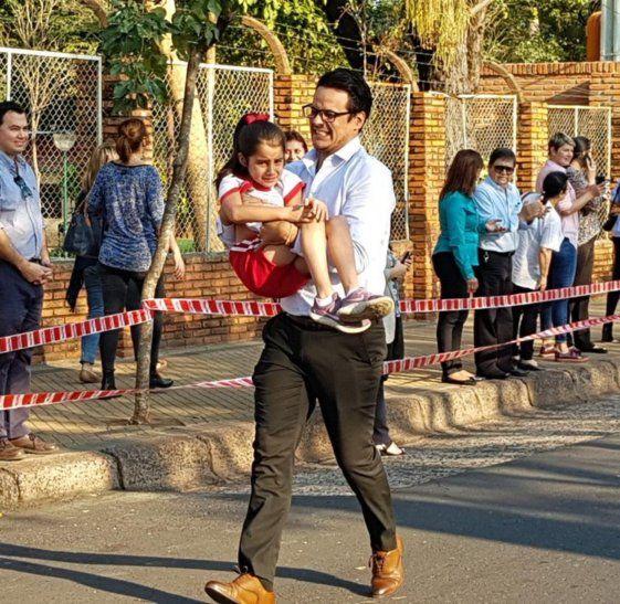 Papá sorprendió a todos por ayudar a su hija a terminar una corrida