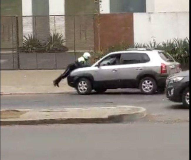 Un muchacho filmó el momento en el que el agente de tránsito era arrastrado y agredido por el chofer.