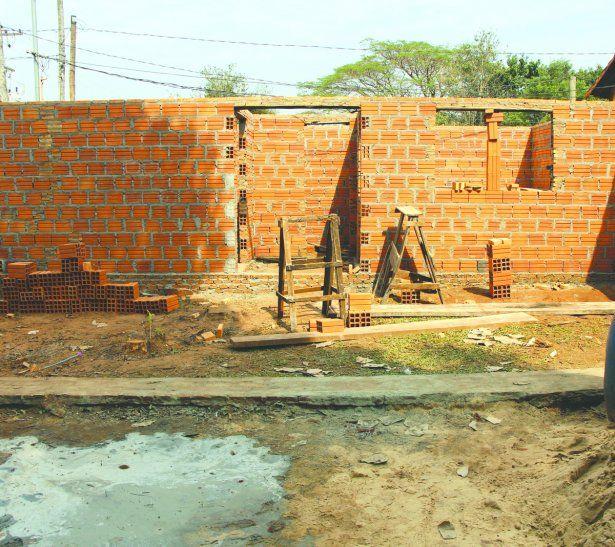 Vecinos solidarios construyen casa para una señora enferma