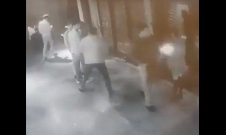 Momento en el que el joven es agredido.