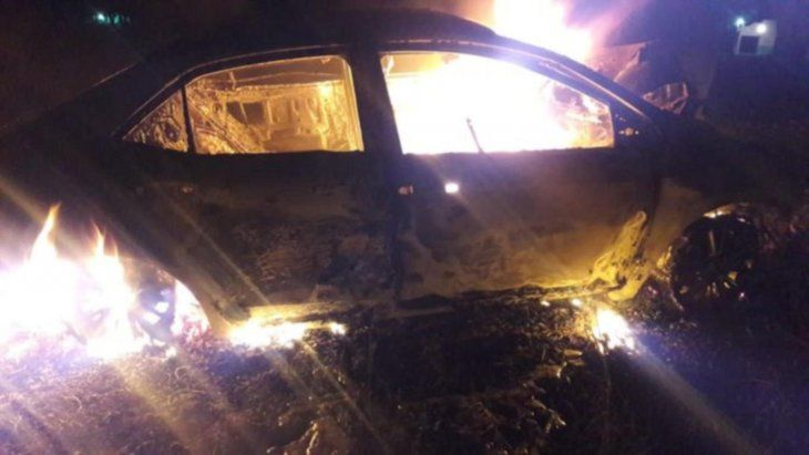 El vehículo rápidamente fue consumido por las llamas.