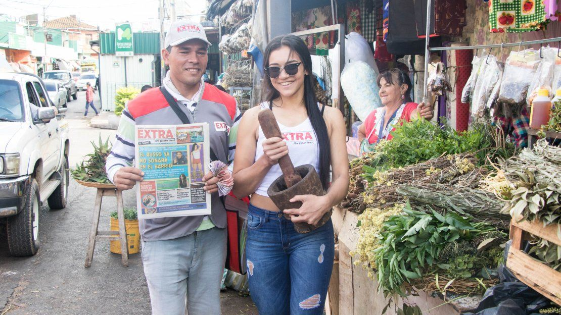 Sarita Galeano junto a un canillita ofreciendo remedios refrescantes.