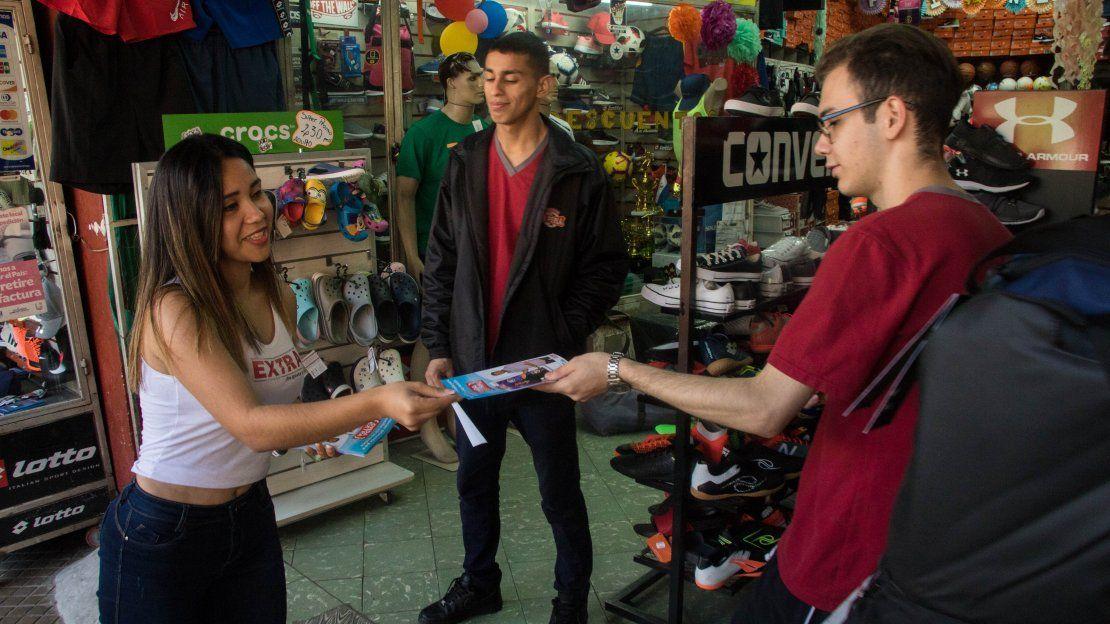 Jazmín conversando con los visitantes del Mercado 4.