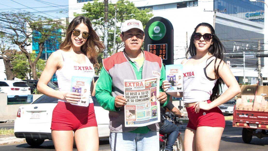 Noelia Vázquez y Rosy Alderte junto al canillita promocionando la revista Onda EXTRA.