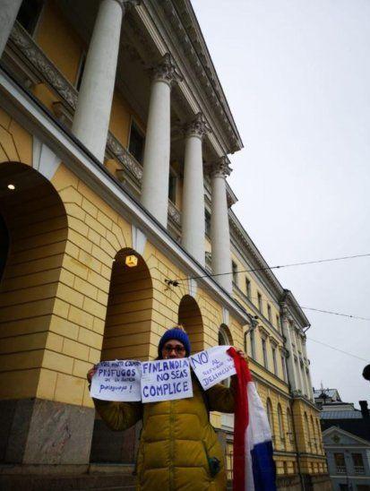 Neida Brítez con tres cartelitos y la bandera tricolor elevó su voz de protesta.