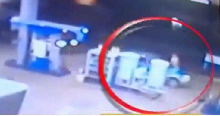 La cámara de seguridad de la estación de servicio grabó todo.