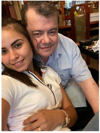 Don Rodolfo Max Friedmann asegura que está profundamente enamorado de su joven esposa Nancy. Asegura que le encanta todo de ella. Destacó que actualmente viven juntos en Villarrica, la jovencita se encarga de cuidar la casa y el próximo año la apoyará para que pueda continuar con su carrera universitaria.