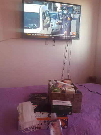 Viendo televisión,para pasar el día.