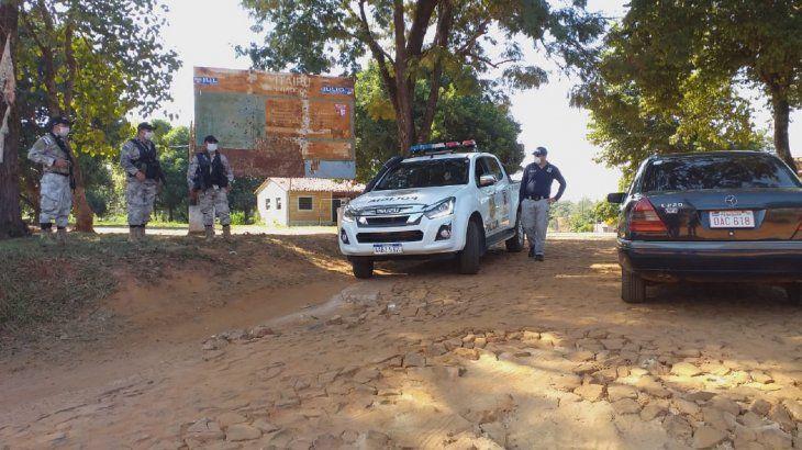 Policías con patrulleras se ubicaron en puntos de acceso al asentamiento y realizan un estricto control sobre el cumplimiento de la cuarentena establecida.