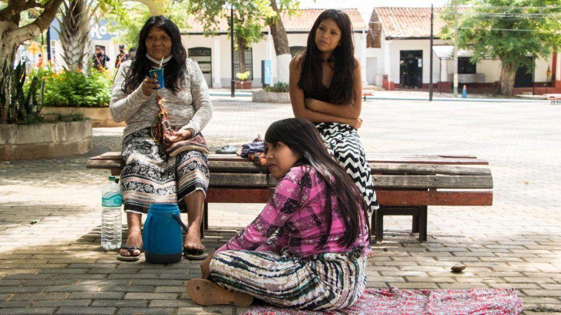 Artesanas descansando en la plaza aledaña a la basílica.