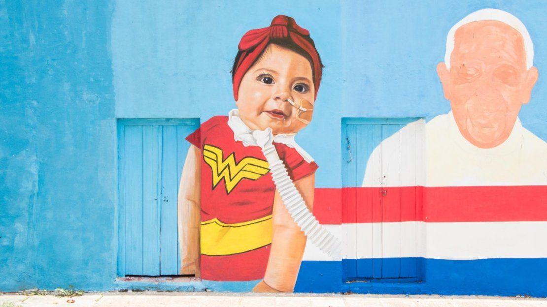 La niña Bianca en un mural de Caacupé.