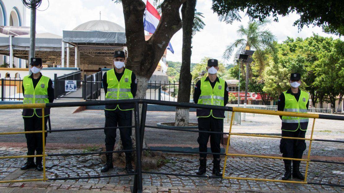 Mucha seguridad en los alrededores de la iglesia de Caacupé.