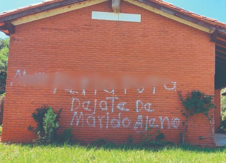 La desconocida no solamente escribió en las paredes