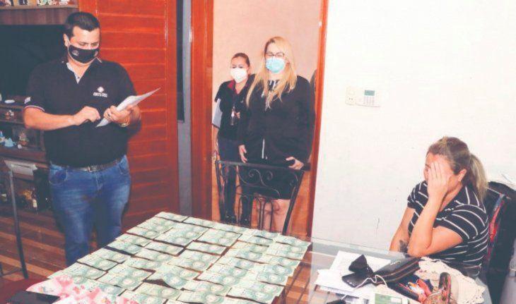 La mujer llegó a sacarle G. 5.000.000 a la amante para no quemarla en redes sociales. La Poli la atrapó con la plata. Foto: Gentileza.