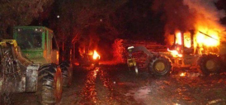 Los terroristas quemaron de esta manera los tractores del establecimiento.