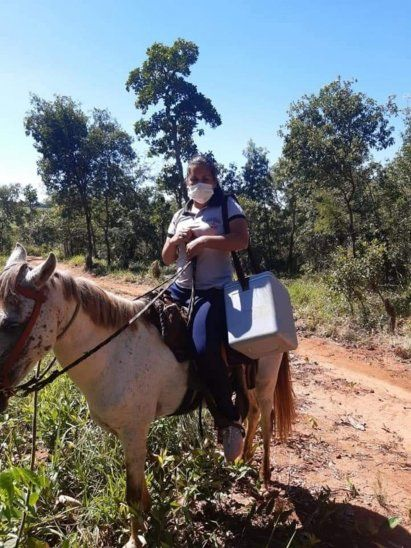 Los médicos recorren kilómetros sobre sus caballos por día para llegar a sus pacientes.