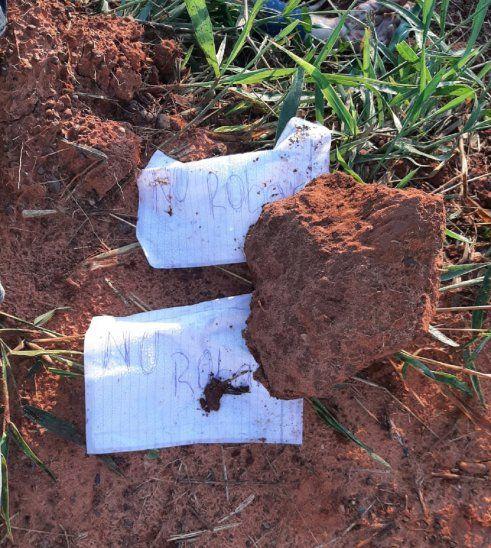 Muy cerca de los cuerpos fueron hallados los dos pedazos de papel con el mensaje.