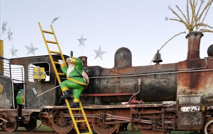 En Encarnación ornamentaron en diciembre pasado una locomotora en desuso y así quedó.