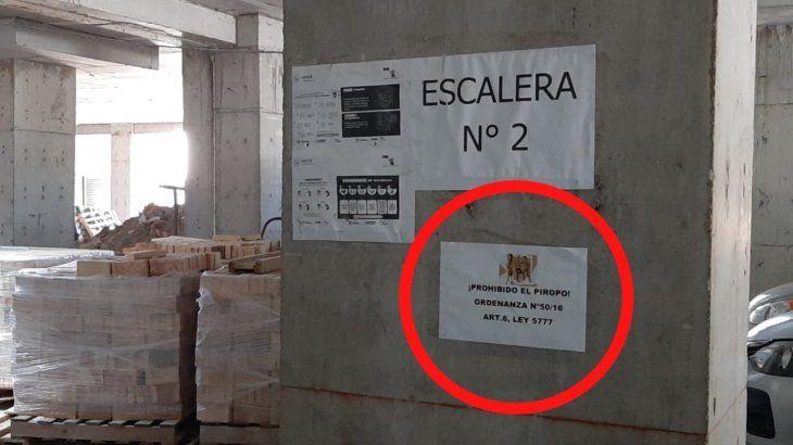 El llamativo cartel está pegado en el estacionamiento de una cooperativa.