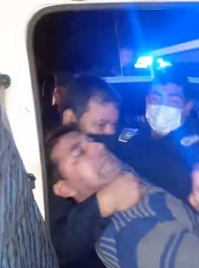 El hombre y su familia estuvieron presos toda una noche por orden de los polis.