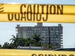 Las autoridades locales han decidido demoler con explosivos la parte que restante de este complejo residencial, acelerando el proceso a causa de la llegada de la tormenta tropical Elsa. EFE/CRISTOBAL HERRERA-ULASHKEVICH