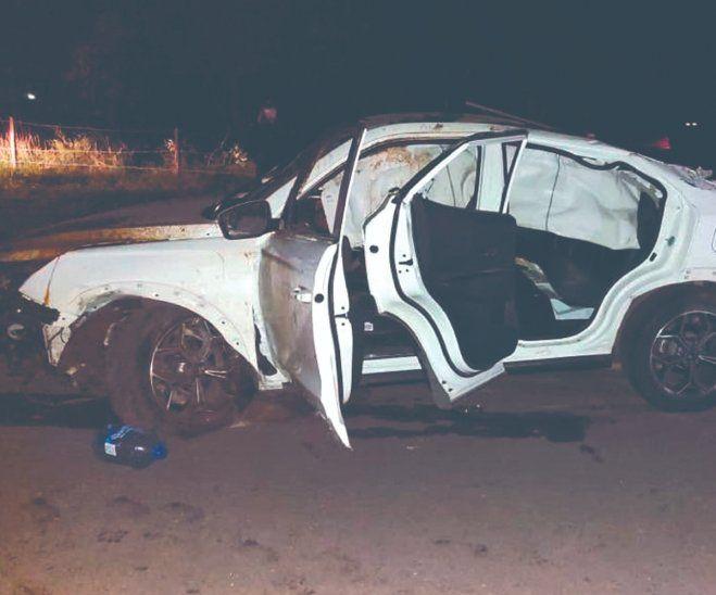 El vehículo dio varias vueltas. El adolescente conductor dijo a la policía que esquivó a un motoca.