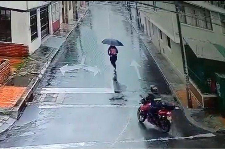 El motociclista persigue a la joven por la calle. FOTO ILUSTRATIVA.