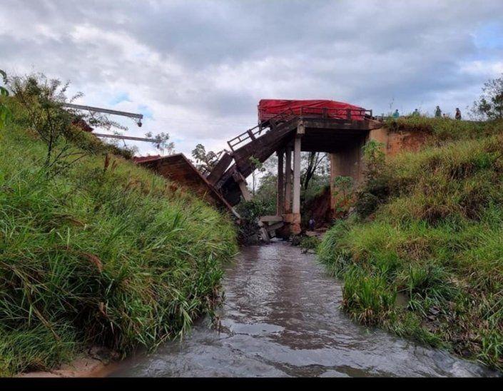 Así quedó el puente. La tragedia causa conmoción y rabia por la desidia por parte de las autoridades.