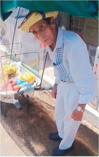 Regalará carne a abuelo que vende frutas en carretillas
