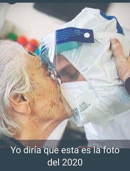 La paciente le dio un tierno beso a su médico paraguayo