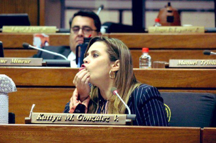 Diputada Kattya González disparó contra periodistas.