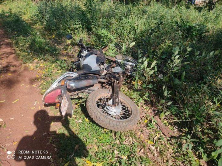 La moto robada apareció al costado del camino. El ladrón abandonó el biciclo porque ya no tenía combustible.